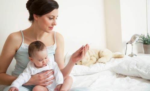 меряем температуру новорожденному