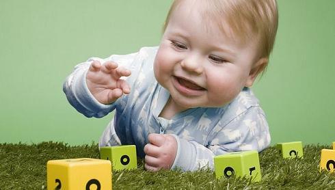 ребенок 8 месяцев играет