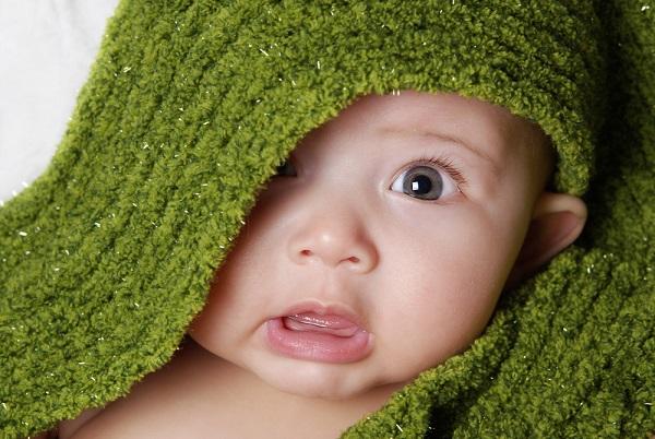 ребенок под зеленой тканью
