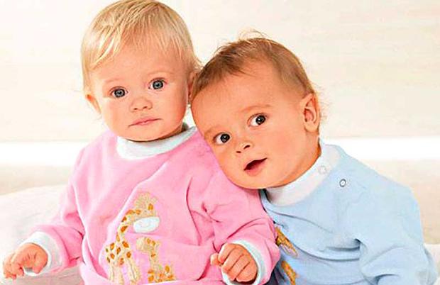 два маленьких ребенка