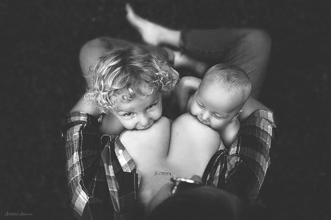 два малыша сосут грудь