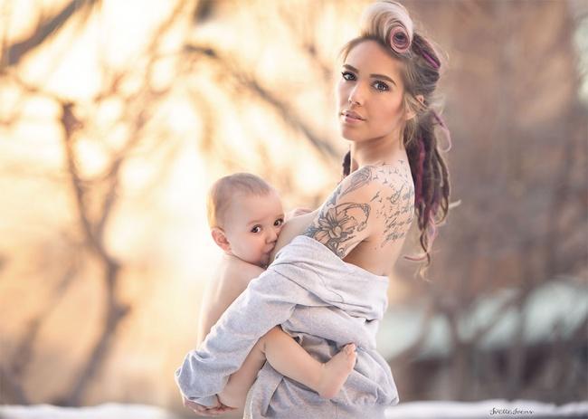 кормящая грудью с татуировкой