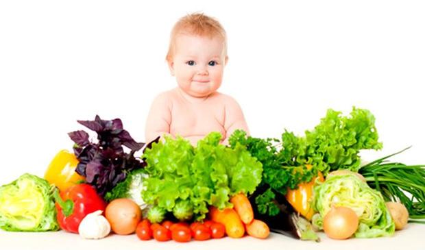 свежие овощи вокруг ребенка