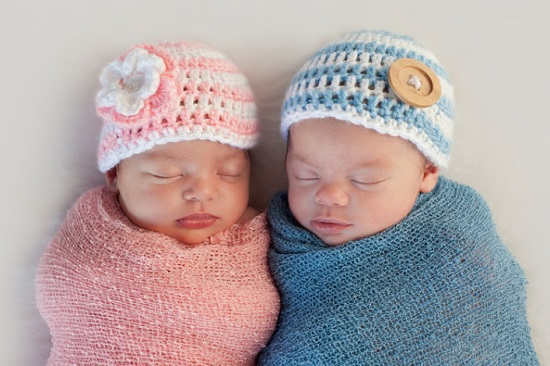 новорожденная девочка и мальчик