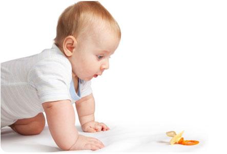 пустышка-соска и ребенок