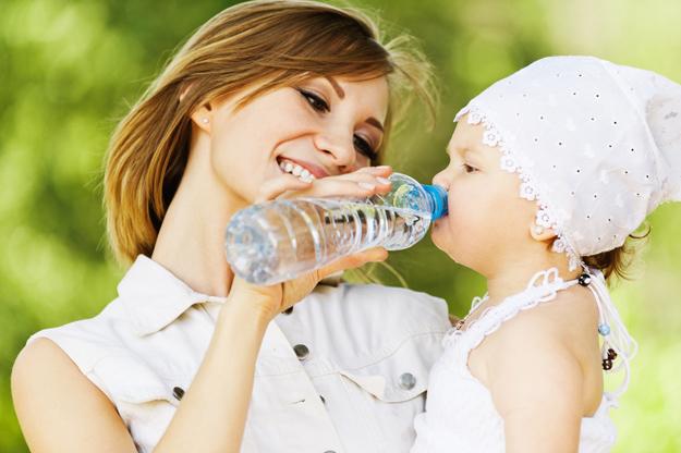 ребенок пьет с бутылки