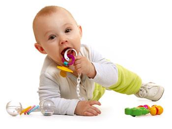 ребенок играет с соской