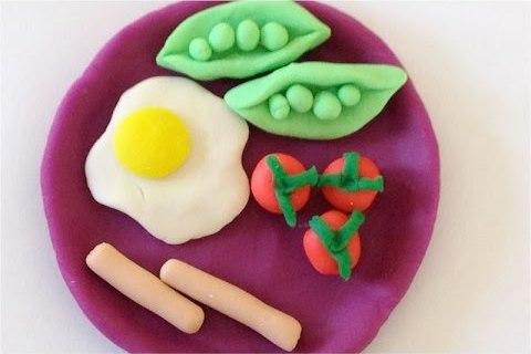 яичница на завтрак из пластилина