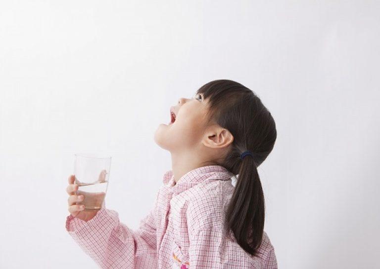 как научить ребенка полоскать горло