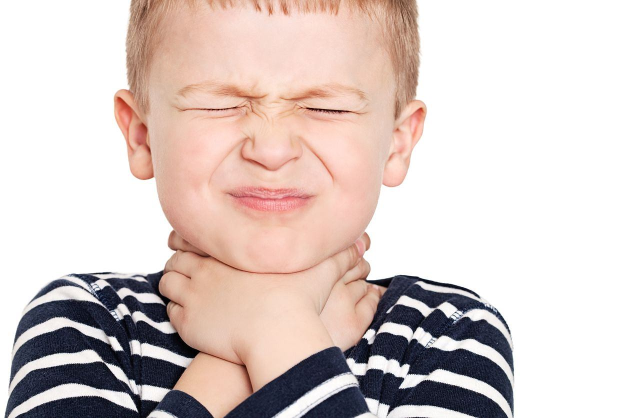 Чем и как полоскать горло ребенку при ангине?