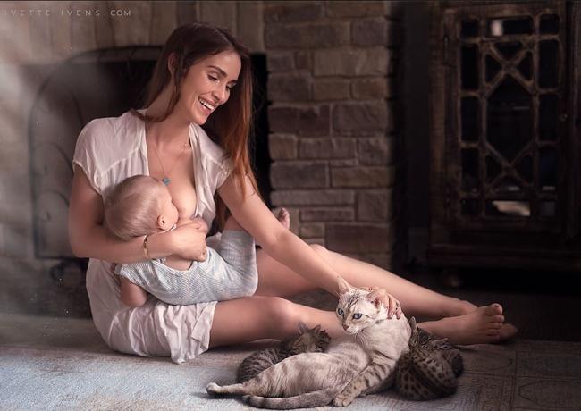 мама кормит ребенка и гладит кота