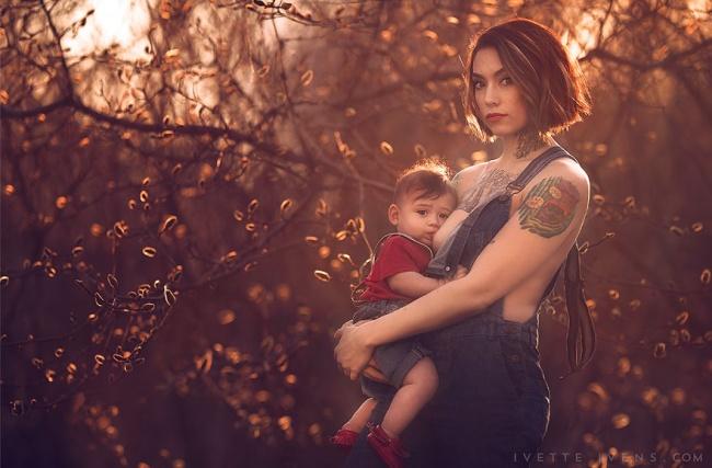 татуированная мама кормит малыша грудью