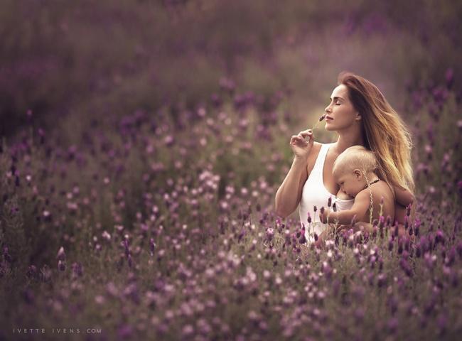 кормление грудью в поле цветов