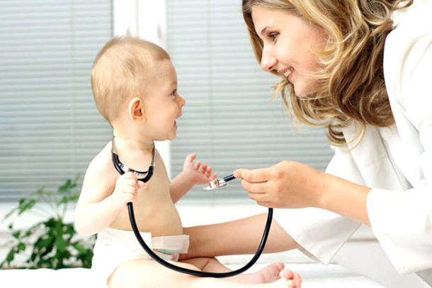 ребенок со стетоскопом