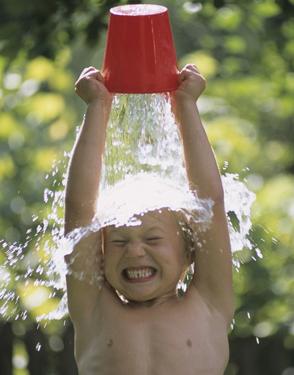 ребенок закаляется холодной водой