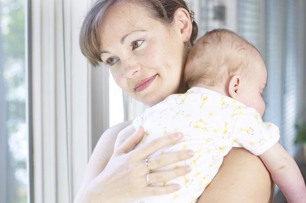ребенок на плече матери