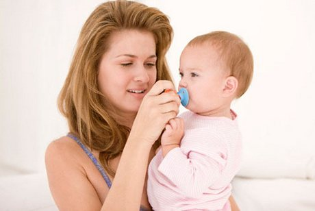 мама дает соску ребенку
