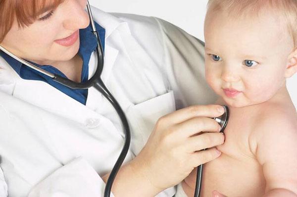 ребенок с врачем