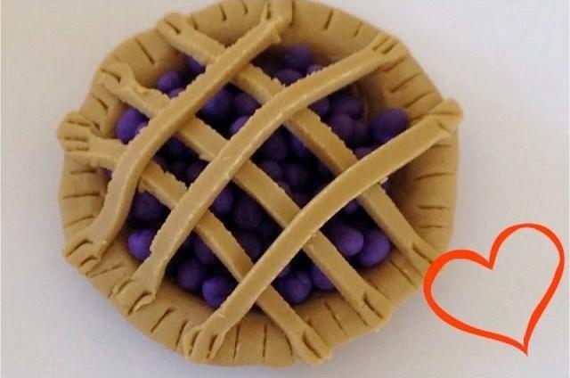 пластилиновый черничный пирог
